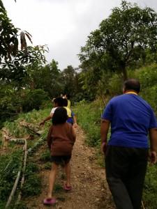 哇~vuvu的農園好大阿~ 這是vuvu開的路ㄟ~ 還好有路不然我們就會不小心把vuvu辛苦種的植物踩傷了~