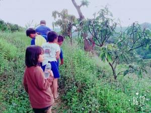 當我們走到一半的時候~ 我們往下看我們所居住的平和部落~~