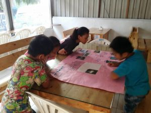 我們一起帶著我們完成的週報到部落早餐店擺放唷~