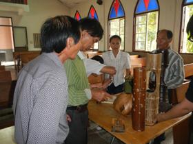 講師與學員竹藝作品交流